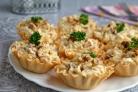 Салат с курицей и ананасами в тарталетках