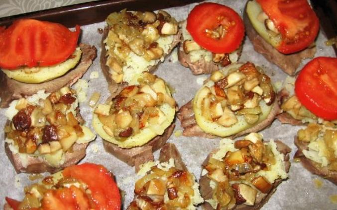 Свинина, запеченная с грибами помидорами и сыром - фото шаг 4