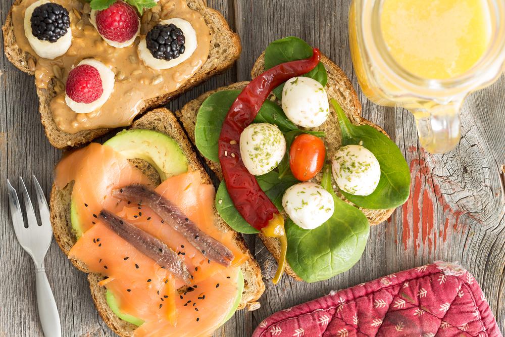 Бутерброды: с арахисовой пастой и ягодами, с авокадо и лососем, в зеленью, овощами и мацареллой