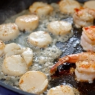 Рецепт Креветки и морские гребешки с чесноком