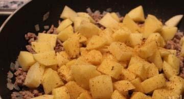 Фарш с картошкой на сковороде - фото шаг 3