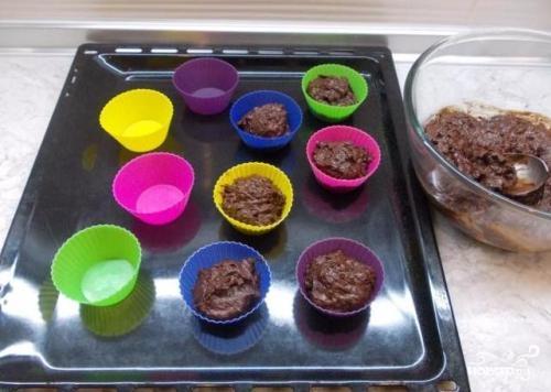 Шоколадные капкейки с вишней - фото шаг 4