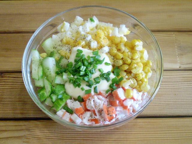Салат из крабовых палочек с огурцом - фото шаг 5