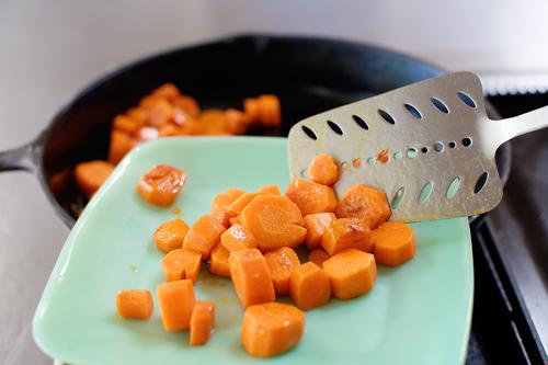 Молодая морковь, жаренная в карамели - фото шаг 5