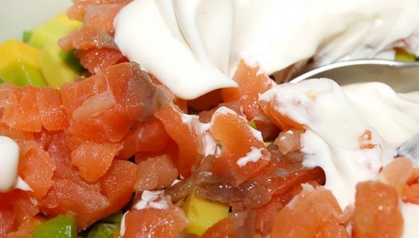 Салат с семгой и икрой - фото шаг 3