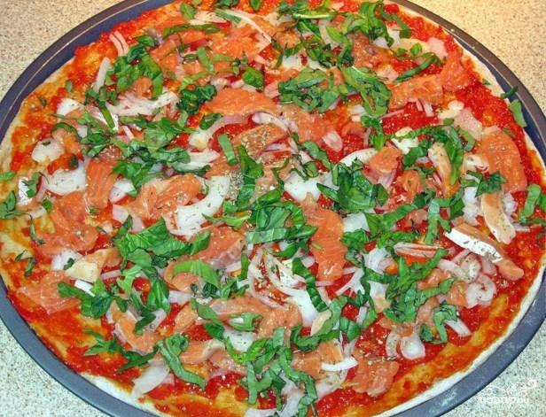 Пицца с красной рыбой - фото шаг 6