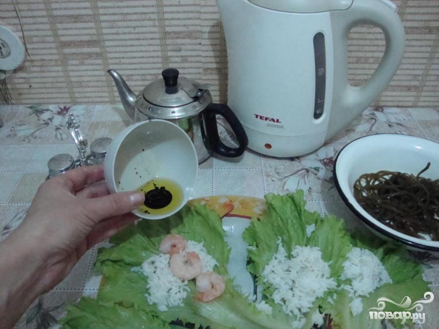 Голубцы с креветками в листьях салата и морской капусте - фото шаг 4