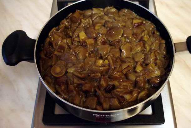 Маслята, жареные в сметане - фото шаг 2