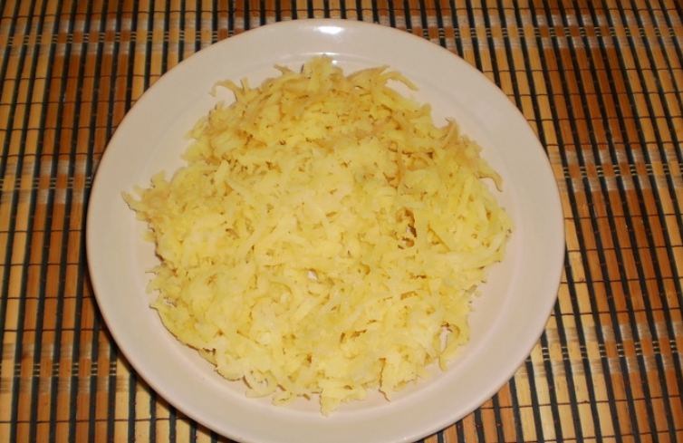 Слоеный салат со шпротами и сыром - фото шаг 2
