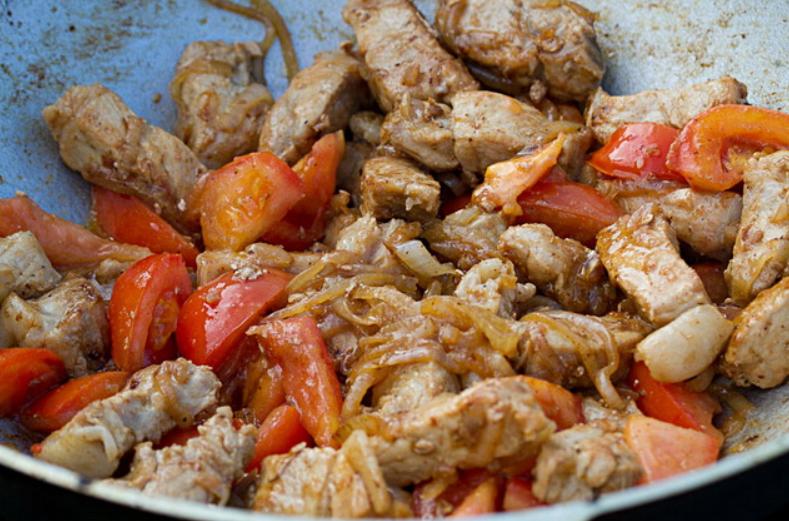 Как пожарить свинину с помидорами на сковороде