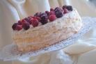 Торт-безе с ягодами