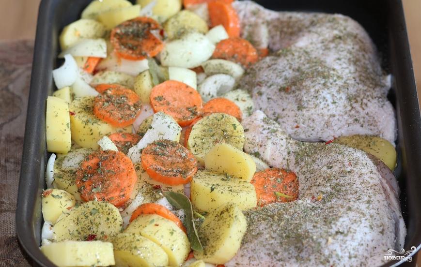 Куриные окорочка с картошкой в духовке - фото шаг 5
