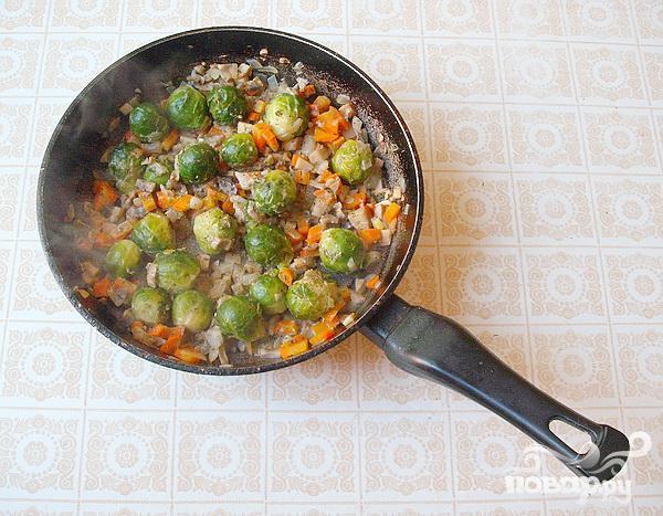 Свиные стейки с грибами и брюссельской капустой - фото шаг 2