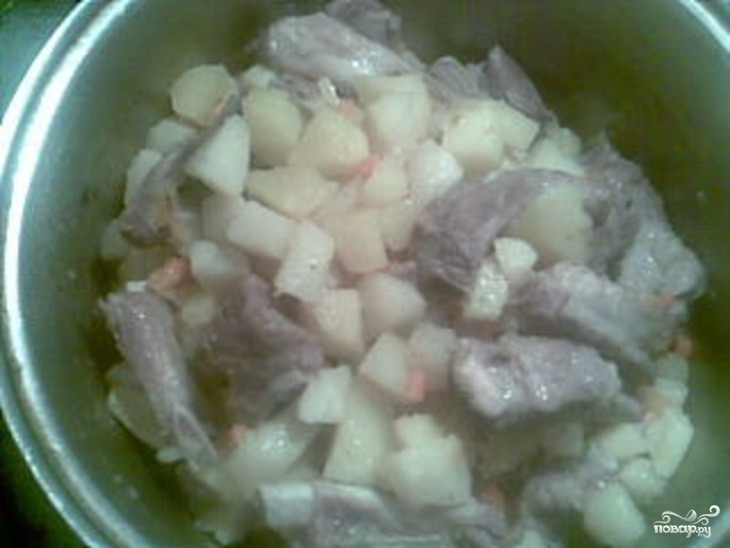 Картофель тушеный с ребрышками - фото шаг 7