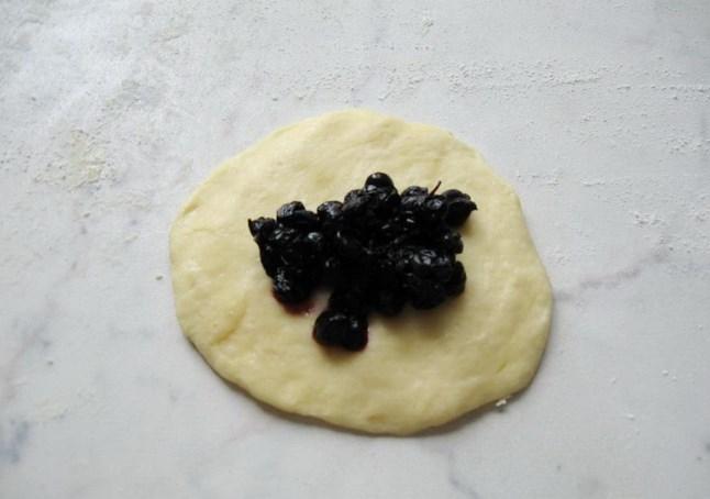 Пирожки с черникой из дрожжевого теста - фото шаг 7