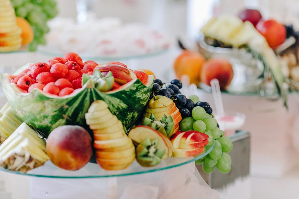 Сладкий стол из фруктов: арбуз, яблоки, ананас, виноград, киви, груша, персики