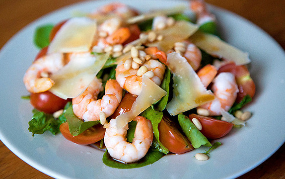 Салат с рукколой и креветками - фото шаг 8
