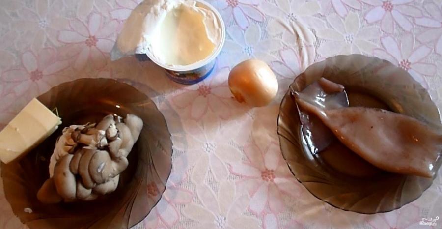 Кальмары, тушенные с грибами, луком и сыром - фото шаг 1
