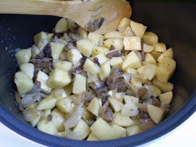 Тушеная картошка с грибами в мультиварке - фото шаг 6