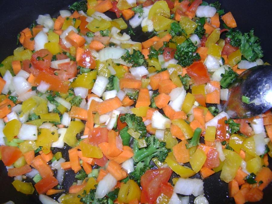 Рис с овощами, креветками и кальмарами - фото шаг 2