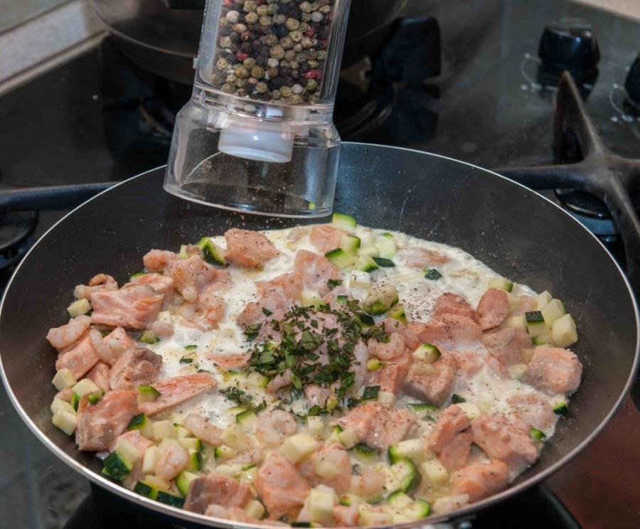 Спагетти с лососем под сливочным соусом - фото шаг 8