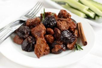 Гуляш из говядины с черносливом - фото шаг 8