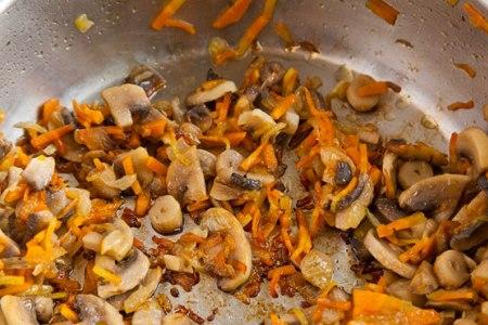 Чечевичный суп с грибами  - фото шаг 3
