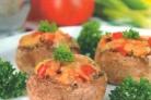 Шампиньоны с помидорами и сыром
