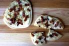 Пицца с беконом, луком и сметаной
