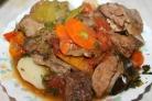 Мясо с овощами, тушенное в пиве