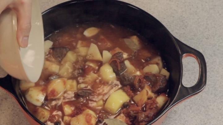 Тушеная говядина с картошкой в казане рецепт 4