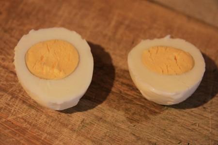 Яйца фаршированные с сыром - фото шаг 2
