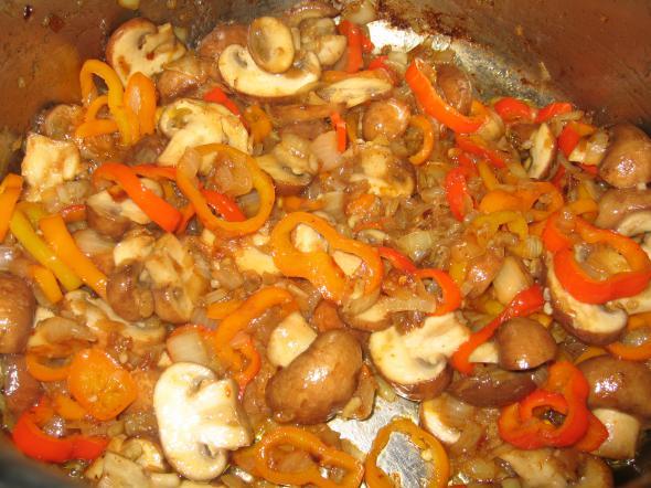 Гуляш из курицы с грибами - фото шаг 6