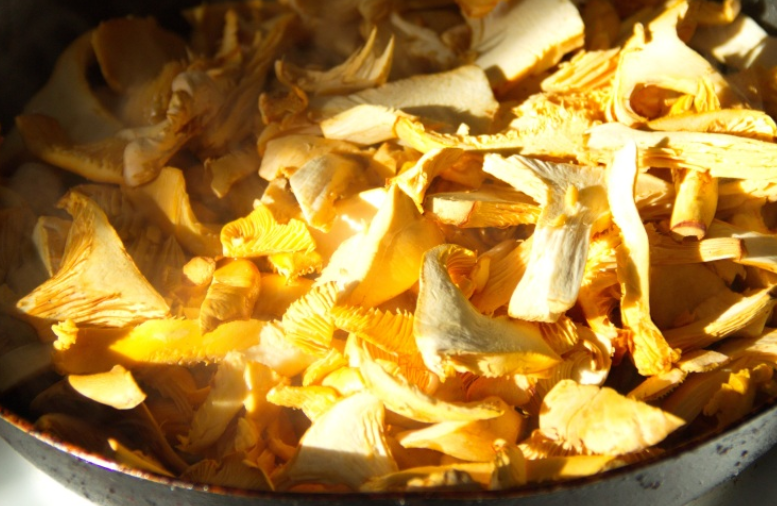 Лисички, запеченные под сыром - фото шаг 1