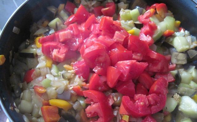 Кижуч, тушенный с овощами - фото шаг 7
