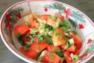 Салат из зеленого лука и помидоров