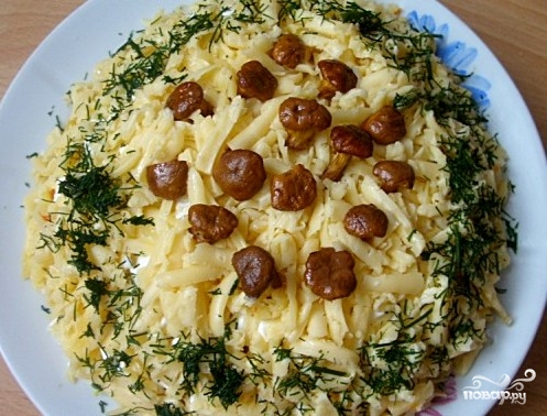 Салат с лисичками и сыром