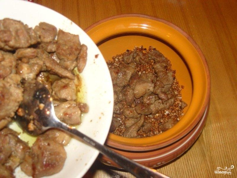 Гречка с мясом в горшочке - фото шаг 6