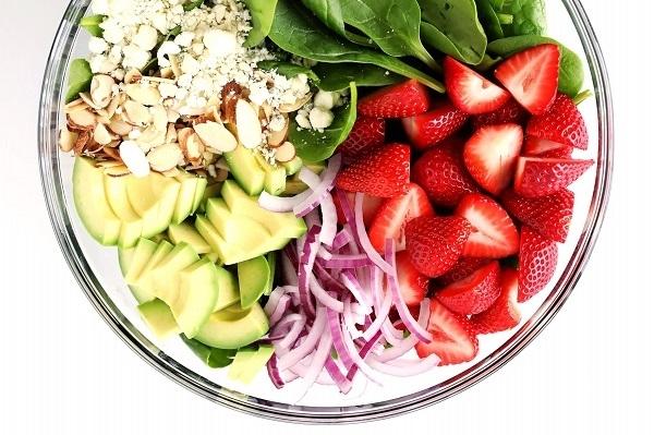 Салат с клубникой, авокадо и шпинатом