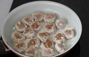 Фрикадельки в сметанном соусе   - фото шаг 8