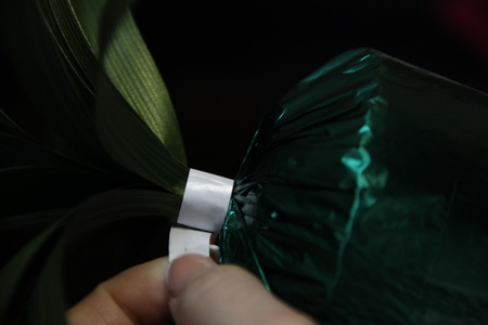 Ананас из конфет - фото шаг 5