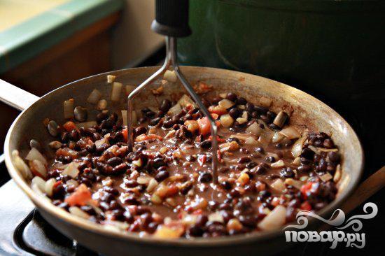 Вареные яйца с томатным соусом и фасолью - фото шаг 7