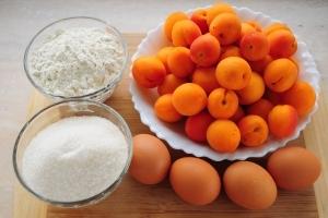 Шарлотка с абрикосами - фото шаг 1