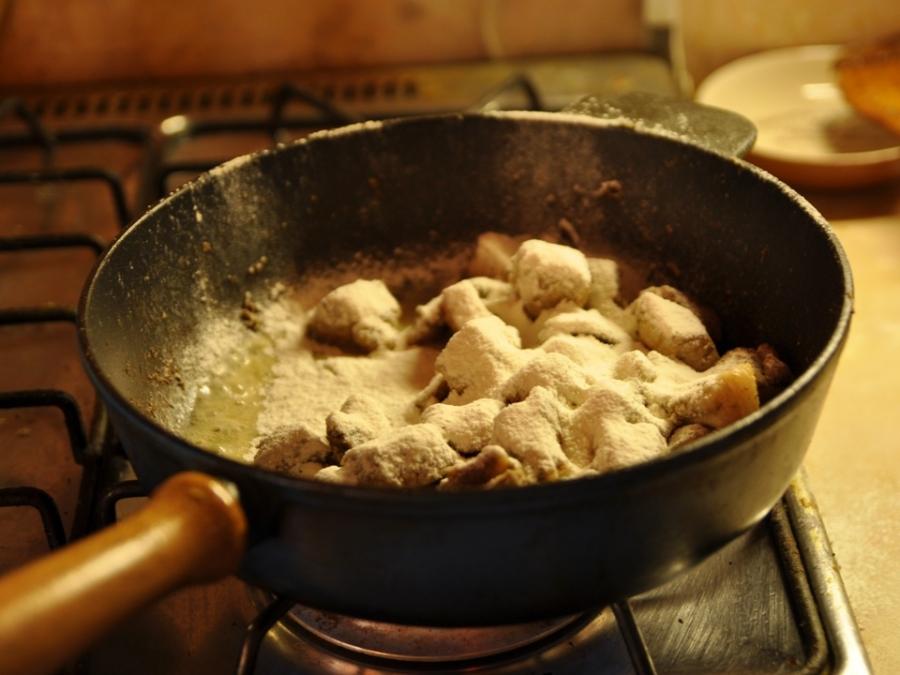 Мясо кусочками на сковороде - фото шаг 5