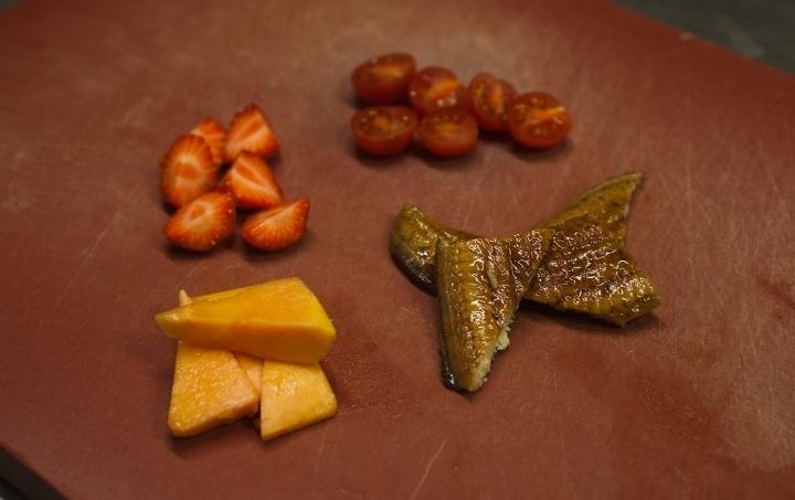 Салат с копченым угрем - фото шаг 5