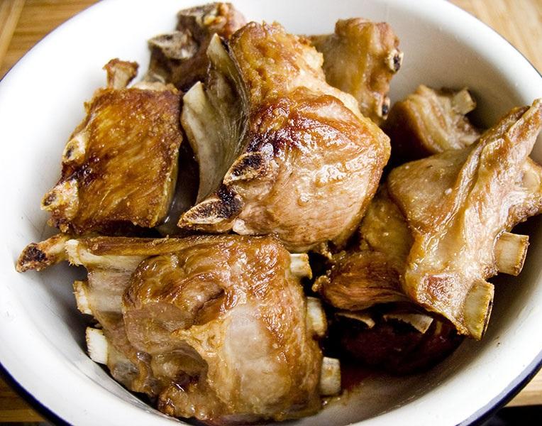 Тушеные ребрышки с картошкой - фото шаг 3