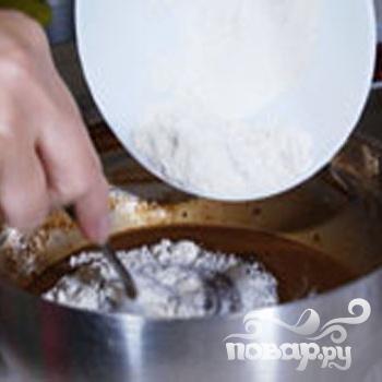 Шоколадный пирог с брусникой - фото шаг 3