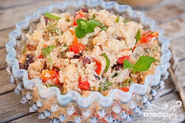 Салат с квиноа, бараньим горохом и помидорами