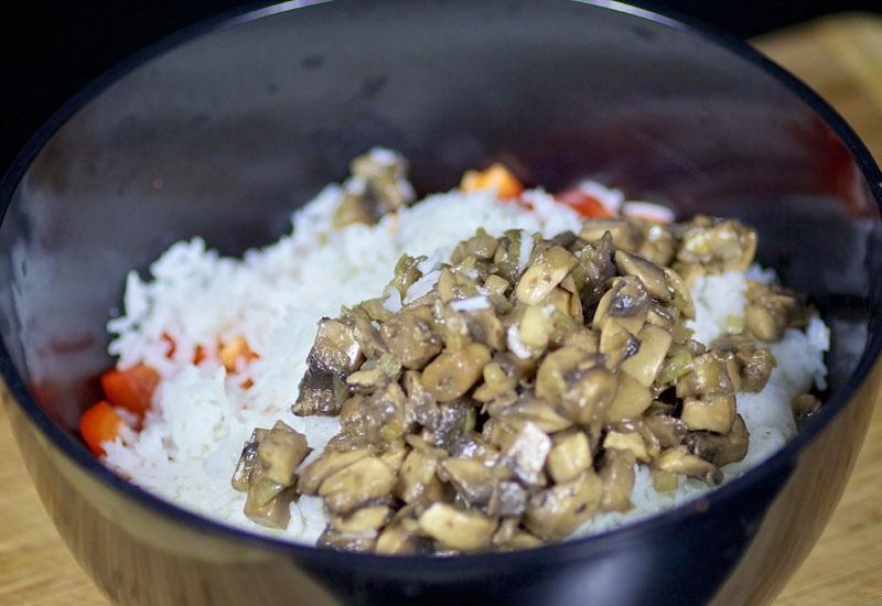 Салат с жареными грибами - фото шаг 6