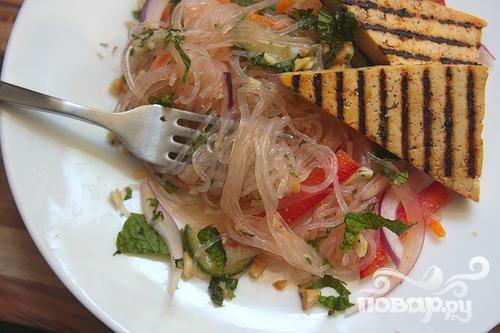 Вьетнамский салат из рисовой лапши с тофу